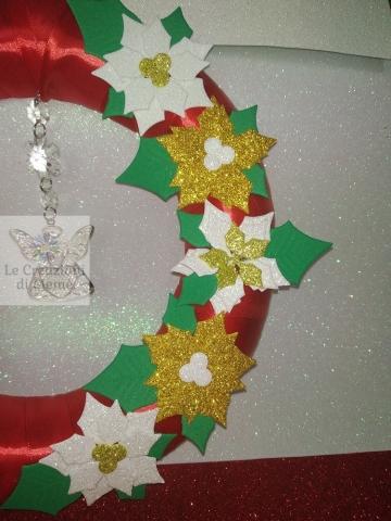 Fuori porta natalizio con ghirlanda rivestita in raso rosso
