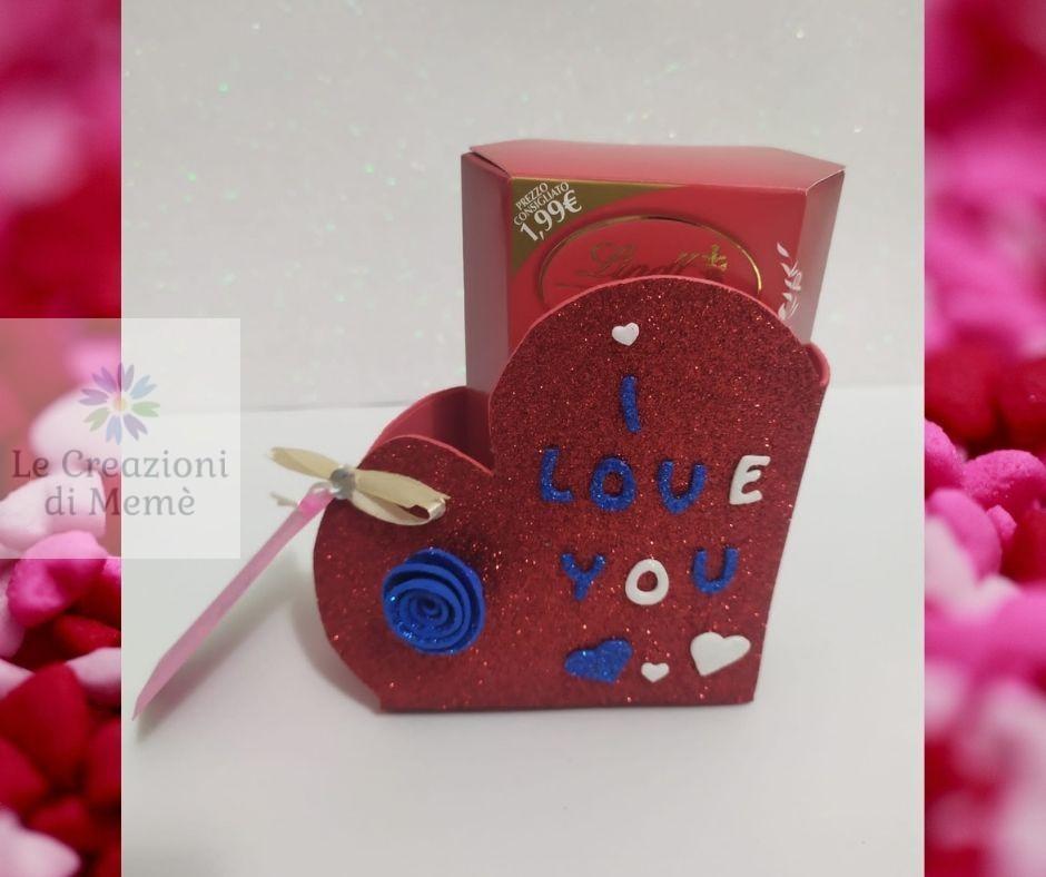 Porta cioccolatini rosso a forma di cuore con rosellina blu in gomma crepla