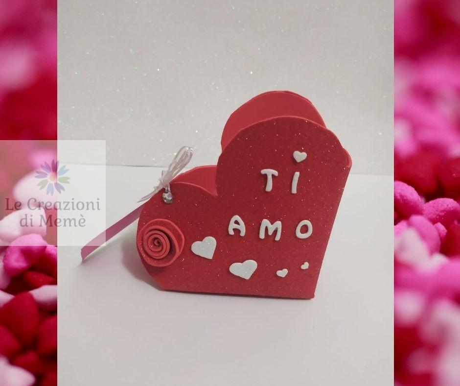 Porta cioccolatini rosso a forma di cuore con rosellina rossa in gomma crepla