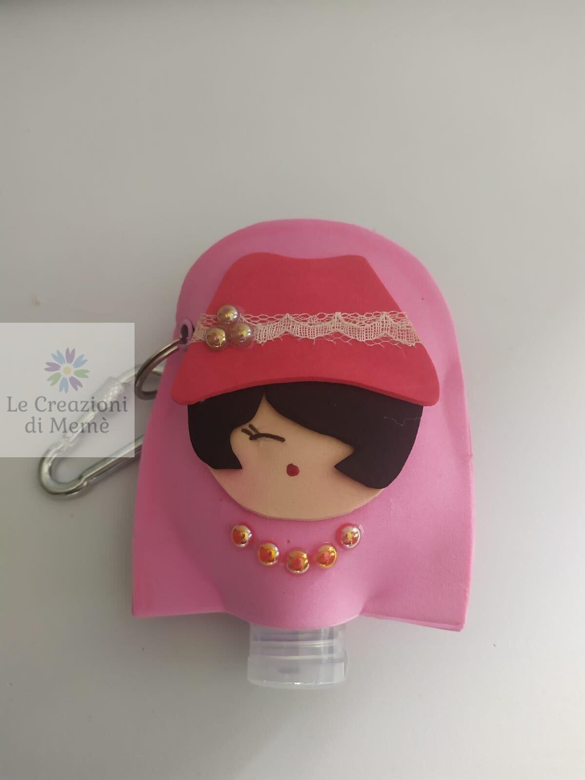 Porta gel disinfettante con viso di donna con cappello